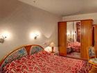 """Курортный отель """"Сосновая роща"""", корпус №2,  спальня в номере Suite 3"""