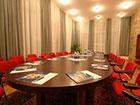 """Комната для переговоров в курортном отеле """"Сосновая роща""""."""